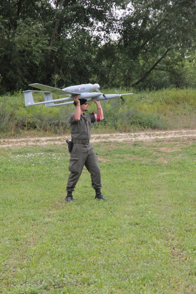 """Die Motoren laufen, mit einem leichten Schub hebt die Drohne """"Tracker"""" ab. Foto: Bundesheer/Klaus Frank"""