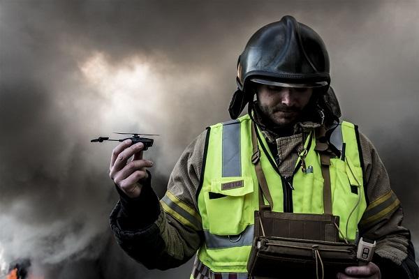 Der Nanohelikopter im Einsatz bei Feuerwehren (Foto: Prox Dynamics/FLIR Systems)