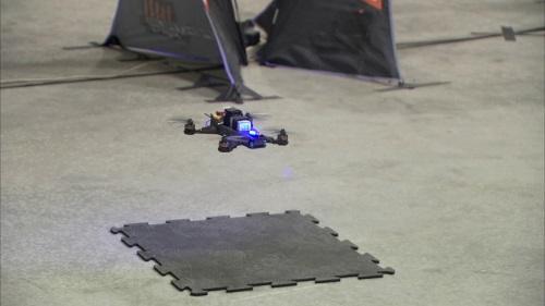 Drohne mit künstlicher Intelligenz, welche selbstständig durch einen Hindernissparcour steuert. (Foto: NASA/JPL-Caltech)