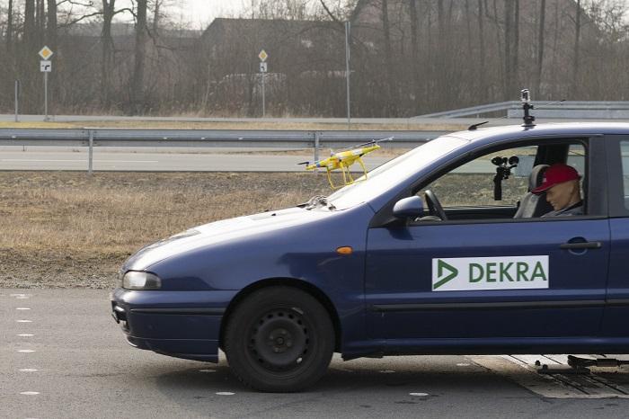 Bei der Kollision mit einem Pkw liegt ein großes Risiko im Schreckmoment für den Fahrer (Quelle: DEKRA)