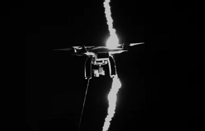 Für die Wissenschaft: Eine Drohne wird vom Blitz getroffen (Quelle: Tom Scott/University of Manchester)