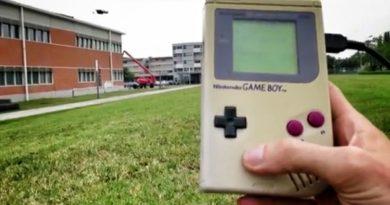 Game Boy versus Drohne (Foto: Gautier Hattenberger)