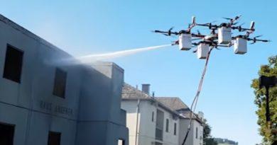 Löschdrohne bei der Brandbekämpfung (Quelle: Rosenbauer/Aerones)