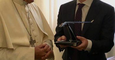 Zuckerberg überreicht Papst Franziskus ein Modell seiner Drohne (Foto: Mark Zuckerberg/Facebook)
