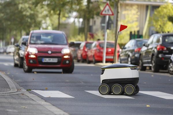 Der Media Markt Lieferroboter, zu erkennen am roten Fähnchen (Foto: Media Markt)