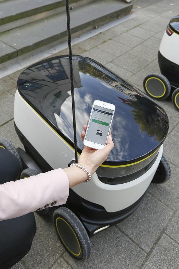 Der Roboter informiert den Kunden via Smartphone, dass er vor der Tür steht (Foto: Media Markt)